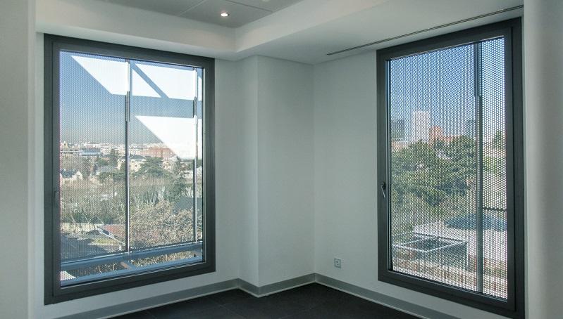 Interior edificio sostenible con aislamiento térmico y manejo de factores climáticos